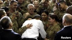 Обама ҳини мулоқот бо сарбозони амрикоӣ дар пойгоҳи ҳавоии Багром