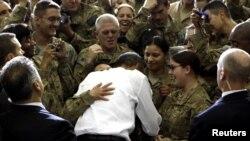 Барак Обама бо нерӯҳои амрикоӣ дар Афғонистон 2-ми майи соли 2012. Акс аз бойгонӣ.