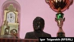 Бюст Михаила Торосова в доме его сына