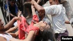 Люди рятують працівницю фабрики, яка опинилася під завалами