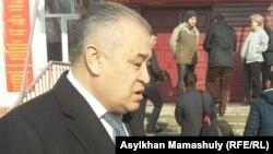Қырғызстанның «Атамекен» партиясы жетекшісі Омурбек Текебаев журналистерге сұхбат беріп тұр. Бішкек, 11 желтоқсан 2016 жыл.