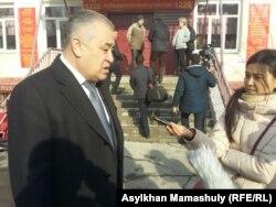Председатель партии «Ата Мекен» Омурбек Текебаев отвечает на вопросы журналистов. Бишкек, 11 декабря 2016 года.