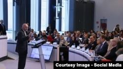 محمد اشرف غنی رئیس جمهور افغانستان در حال سخنرانی در کنفرانس بروکسل