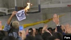 اعتراض دانشجويان به حضور رییس جمهوری در دانشگاه امیر کبیر تا آنجا پيش رفت که دانشجويان معترض عکس احمدی نژاد را سوزاندند.