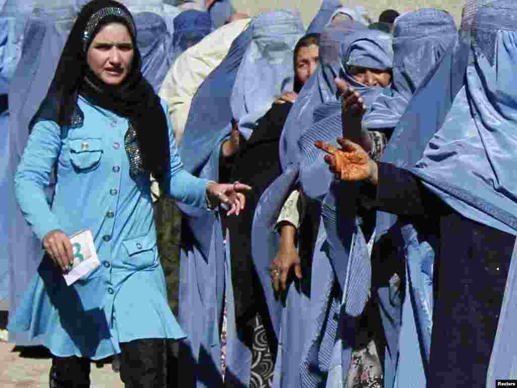Афганські вдови стоять у черзі, щоб отримати щомісячну допомогу від Світової продовольчої програми, Кабул, 26 жовтня.Photo by Omar Sobhani for Reuters