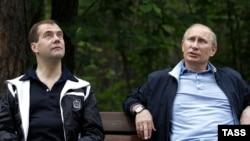 Rusiya prezidenti Dmitri Medvedev (solda) Baş nazir Vladimir Putinlə 11 iyun 2011