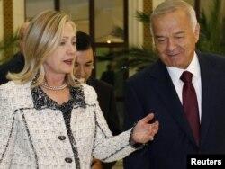ABŞ-nyň Döwlet sekretary Hillari Klinton özbek prezidenti Yslam Karimow bilen duşuşykda. Daşkent, 22-nji oktýabr, 2011.
