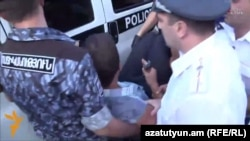 Армения -- Полиция подвергает демонстрантов приводу с проспекта Баграмяна, Ереван, 1 сентября 2015 г