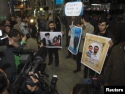 تجمع عدهای در فرودگاه امام خمینی در بدو ورود کارشناسان آژانس به تهران- ۹ بهمنماه