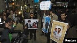 گروه کوچک معترضانی که به استقبال نمایندگان آژانس انرژی اتمی به فرودگاه آمده بودند