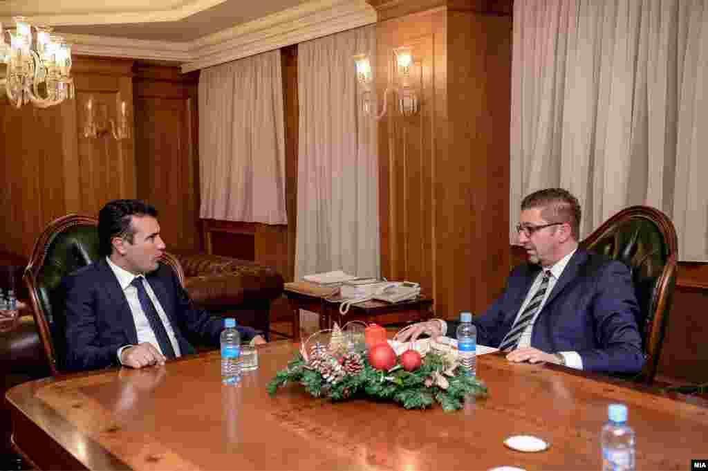 МАКЕДОНИЈА - Се согласувам со опозицијата дека референдумот треба да биде задолжителен, а заедно треба да утврдиме дали ќе биде консултативен или обврзувачки. Зборувам за задолжителен референдум ако сите 50 отсто плус еден граѓанин излезат и го поддржат референдумот, изјави премиерот Зоран Заев.