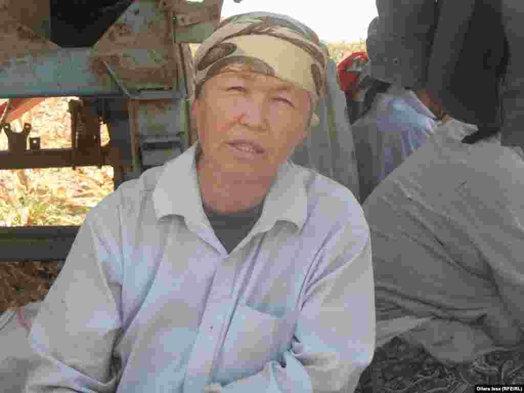 Ал мақта егуші Айгүл Барболова «әр өзбекті үйінде ұстап отырған адамнан күніне 1000 теңгеге сатып аламын» дейді.