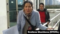 Наразы екі әйел өздерін парламент үйі алдындағы шарбаққа шынжырмен байлап тастады. Астана, 14 сәуір 2014 жыл.
