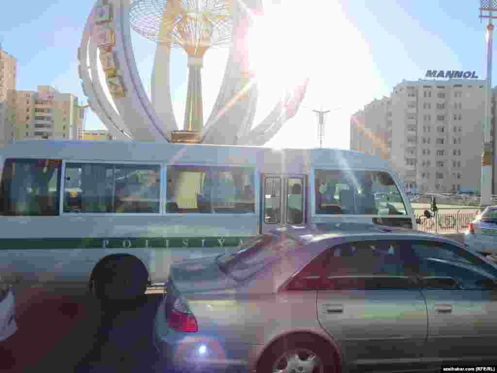 Aşagabat. Polisiýanyň awtoulagy barýar.