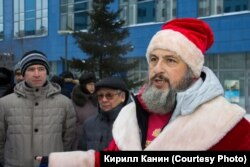 Гражданский активист Олег Викторович на митинге в костюме деда мороза