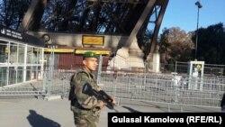 Франция. У Эйфелевой башни после террористической атаки 13 ноября 2015 года. Париж, 15.11.2015