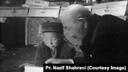 Рахманкул хан боз үйдө кызга китеп окутуп жатат, 1970-жж. Кичи Памир, Ооганстан