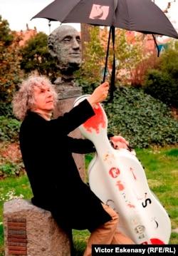 Violoncelistul Steven Isserlis lîngă bustul lui Rostropovici