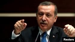 رجب طیب اردوغان، نخست وزیر ترکیه، جمعه ۲۴ خرداد با گروهی از هنرمندان به همراه دو نفر از اعضای جنبش اعتراضی «همبستگی تقسیم» دیدار داشت