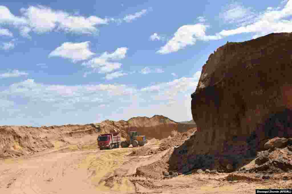 Артефакты были обнаружены на территории карьера, где добывают песок для строительства.