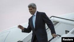 АҚШ мемлекеттік хатшысы Джон Керри Берлин әуежайында ұшақтан түсіп келеді. 22 қазан 2015 жыл.