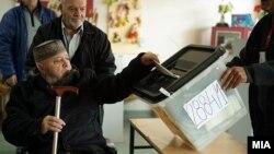 Архивска фотографија - Луѓе гласаат на предвремените парламентарни избори 2016.