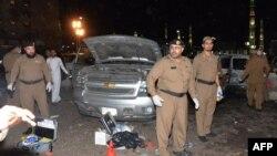 Pjesëtarët e sigurisë saudite janë tubuar në vendin e sulmit vetëvrasës afër Xhamisë së Profetit në Medinë