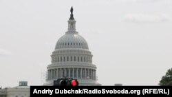 Капитолий - местопребывание Конгресса США на Капитолийском холме в Вашингтоне.