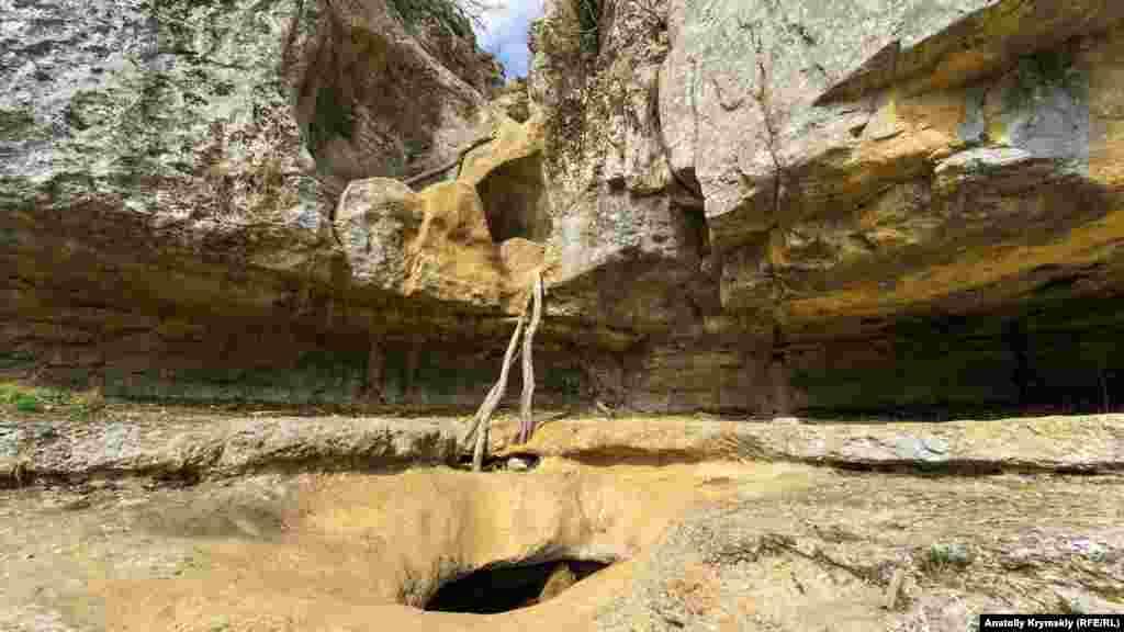В былые годы вешние воды здесь стремительно сбегали вниз, в Узунджу. Теперь на скалах от водопада и русла остались только сухие пустоты и выемки