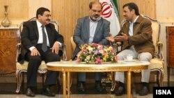 محمود احمدی نژاد (راست) در حال گفت و گو با عصام حداد معاون امور بين الملل و همکاریهای خارجی رييس جمهوری مصر.