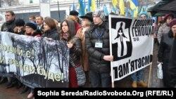 Украинадағы ашаршылықтың 80 жылдығына орай құрбандарды еске алу шарасына қатысушылар. Киев, 23 қараша 2013 жыл.