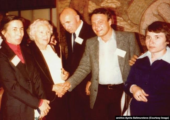 Слева направо: Айше Сеитмуратова, Зинаида и Петр Григоренко, Владимир Буковский, Надежда Светличная