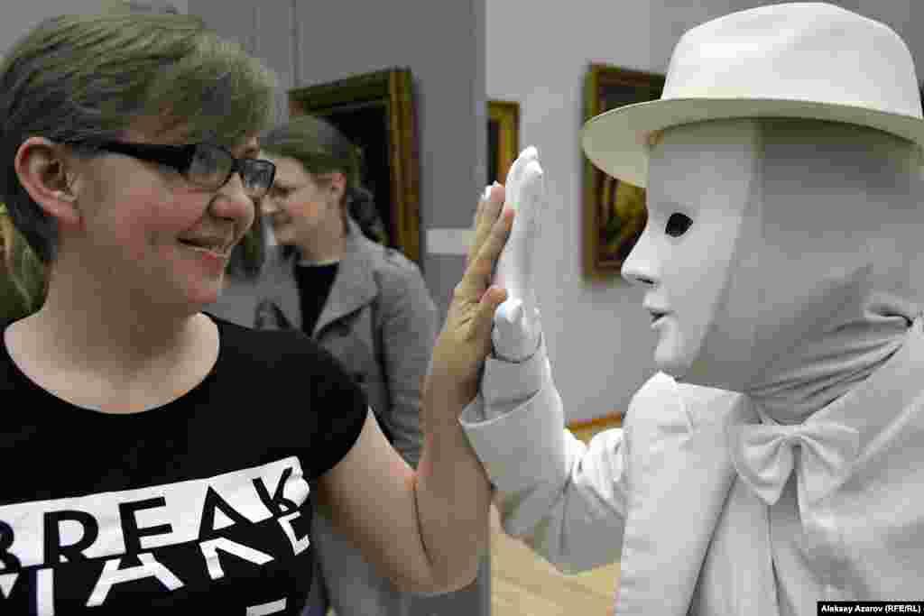 В одном из залов музея искусств посетителей развлекали актеры-мимы.