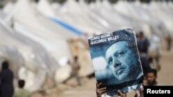 Сирийский мальчик-беженец держит в руках постер Эрдогана, провинция Хатай, 18 марта 2012