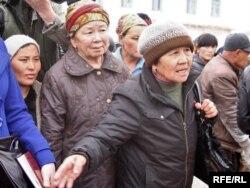Жительницы села Кызылагаш на встрече с чиновниками. Кызылагаш, 12 апреля 2010 года.