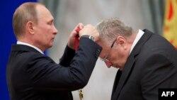 Владимир Жириновский (справа) и Владимир Путин (архивное фото)