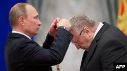 Президент России Владимир Путин вручает орден Владимиру Жириновскому