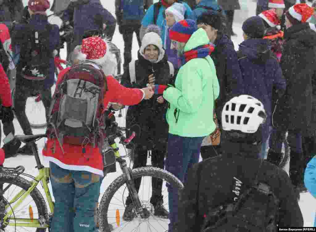 На главной городской елке энтузиасты сделали небольшую остановку. Прохожим раздавали конфеты и мандарины, поздравляли с наступающими праздниками. Каждый второй спрашивал – как можно кататься зимой и не замерзают ли велосипедисты?