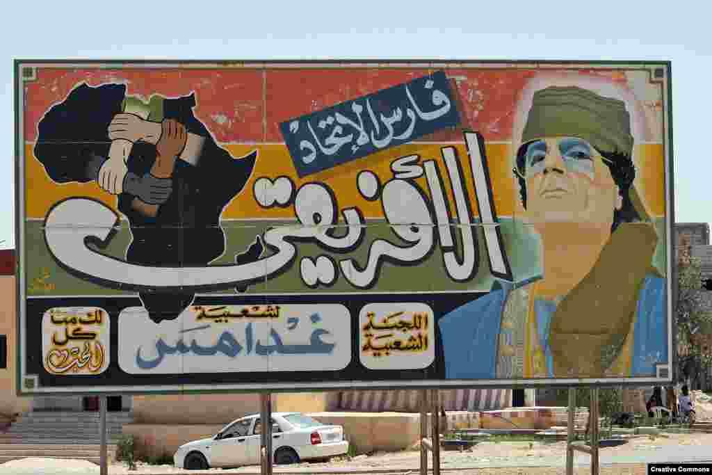 """""""Afrika Birliyinin cəngvəri"""" Qaddafi 1970-1980-cii illlər arası bütün ərəblərin lideri olmaq xülyasına düşmüşdü, lakin digər Ərəb ölkələri onu qəbul etmədilər. (Fotonun müəllifi: Carsten ten Brink)"""