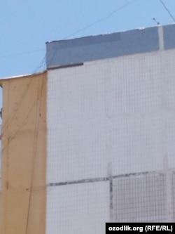 26- uy. Yuqori chap burchakda qorayib turgan chiziq suvoq-beton parchasi tushgan joy.