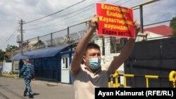 Серик Ажибай е осъден на 15 дни в затвор за провеждането на соло протест пред китайското посолство в Казахстан