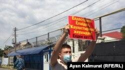 Житель Алматы Серик Ажибай во время акции протеста у здания генерального консульства Китая в Алматы. 3 августа 2020 года.