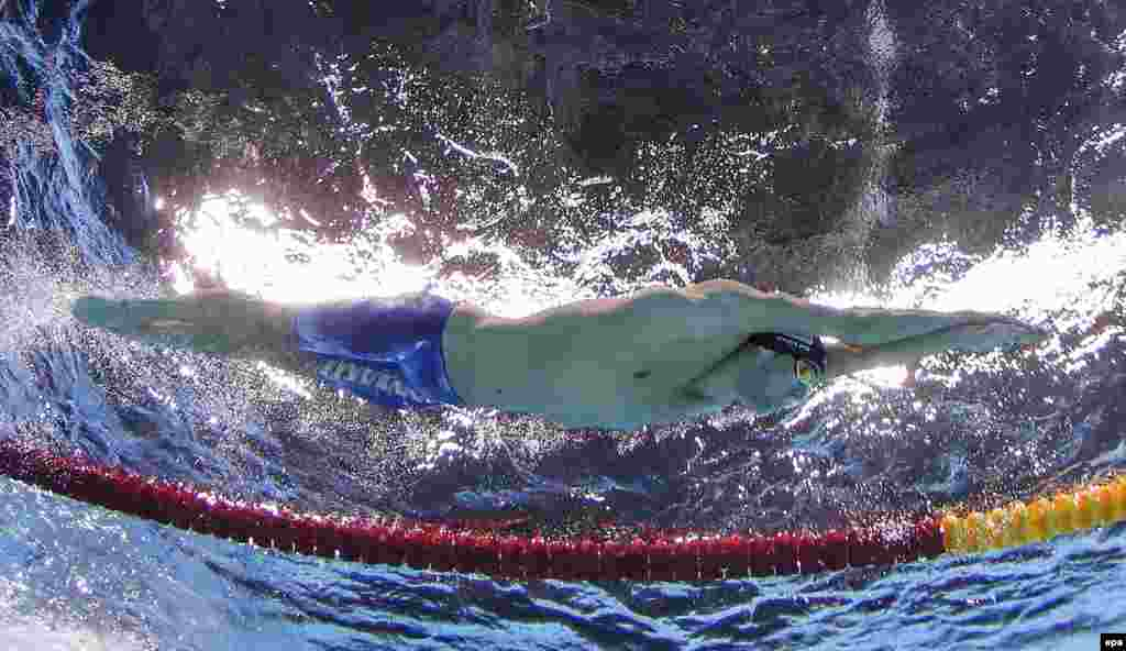 Американський плавець Майкл Фелпс змагається в чоловічому півфіналі на дистанції 200 метрів вільним стилем.