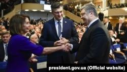 Спикер Палаты представителей Конгресса США Ненси Пелози и президент Украины Петр Порошенко (архивное фото)