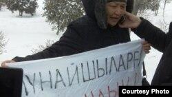 Одна из гражданских активисток на площади Жанаозена рассказывает по телефону журналистам о происходящем. 25 февраля 2012 года. Фото предоставлено гражданским активистом Галымом Агелеуовым.