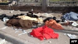 Siri - Trupat e viktimave të mbuluara me batanije, në rrugët e Aleppo-s