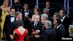 Жүргізушіге жеңімпаздың La La Land фильмі емес, Moonlight картинасы екенін көрсетіп жатқан сәт. 26 ақпан 2017 жыл.