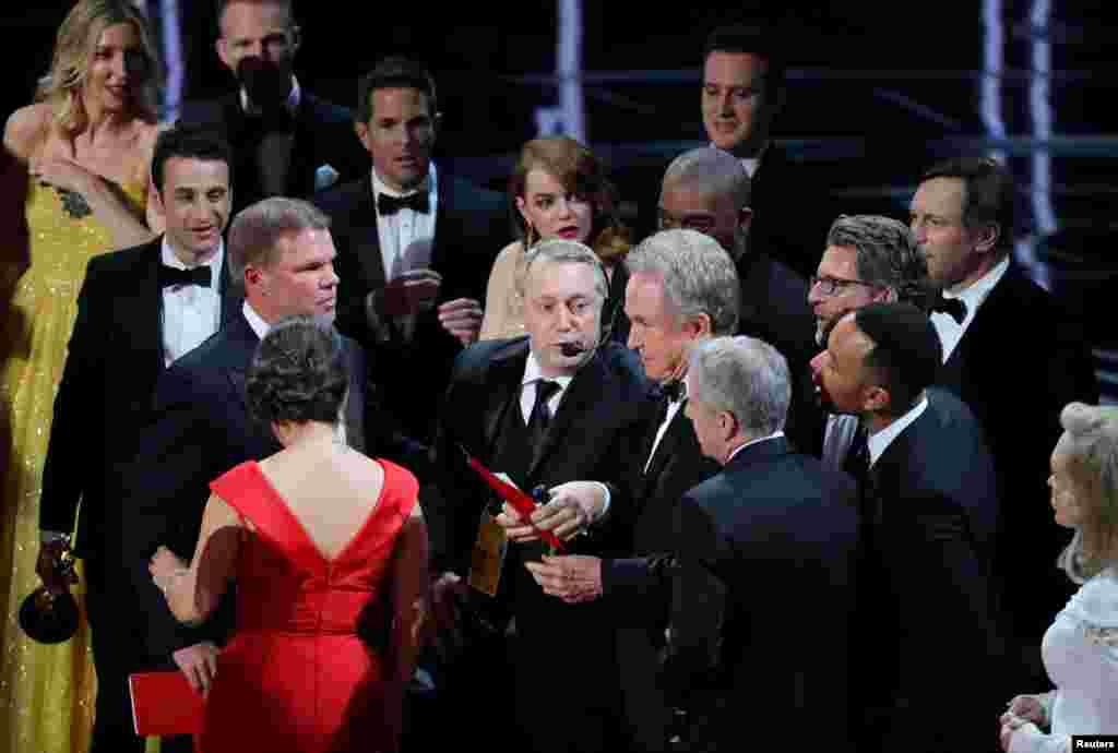 وران بیتی (هالیوودی کهنه کار) به اشتباه نام بهترین فیلم را در ابتدا «لا لا لند» اعلام کرد. برنده اسکار بهترین فیلم از آن «مهتاب» شد.