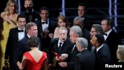 """Aktyor Warren Beatty əlində """"Ən yaxşı film"""" nominasiyasının yazıldığı zərfi tutub. 26 fevral 2017"""