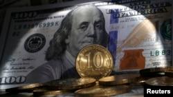 С начала года курс российской валюты к доллару снизился к 30 октября ровно на 10 рублей, или на 31%